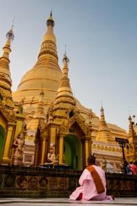 DB_0115: Myanmar - Nun praying at the temple