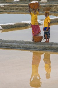 DE_0056: Souther India - Workers at a salt pan