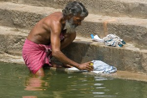 DE_0086: Southern India - Washing clothes in a Gat