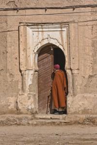 KA_0422: Morocco - Man at doorstep